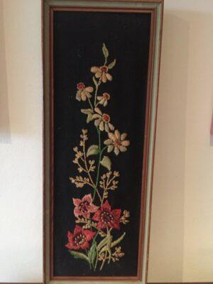 Bloemen rood geborduurd