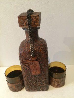 Lederen cognacfles en twee glazen